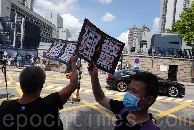 有市民到元朗警署對面的街道上,抗議「官鄉警黑」勾結。(余鋼/大紀元)
