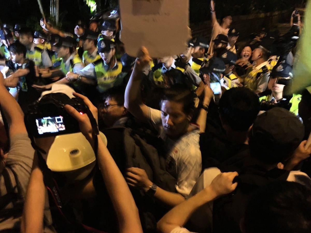 香港七一遊行結束後,部分團體及市民繼續前往香港政府禮賓府門外抗議,期間警方發射胡椒噴霧,有市民被胡椒噴霧擊中。(孫青天/大紀元)