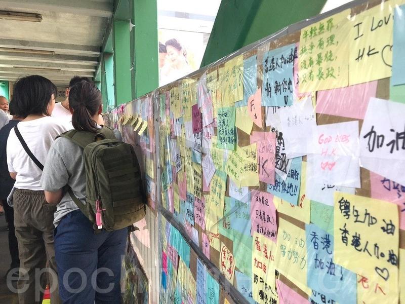 有市民在元朗廣場連接輕鐵站的天橋上設立「連儂牆」。(林怡/大紀元)
