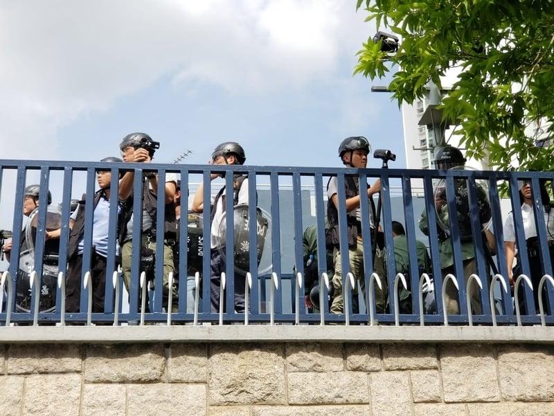有警員在警署內拍攝抗議的情況。(宋碧龍/大紀元)