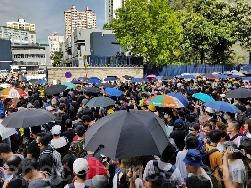 大批市民在元朗警署外抗議。(宋碧龍/大紀元)