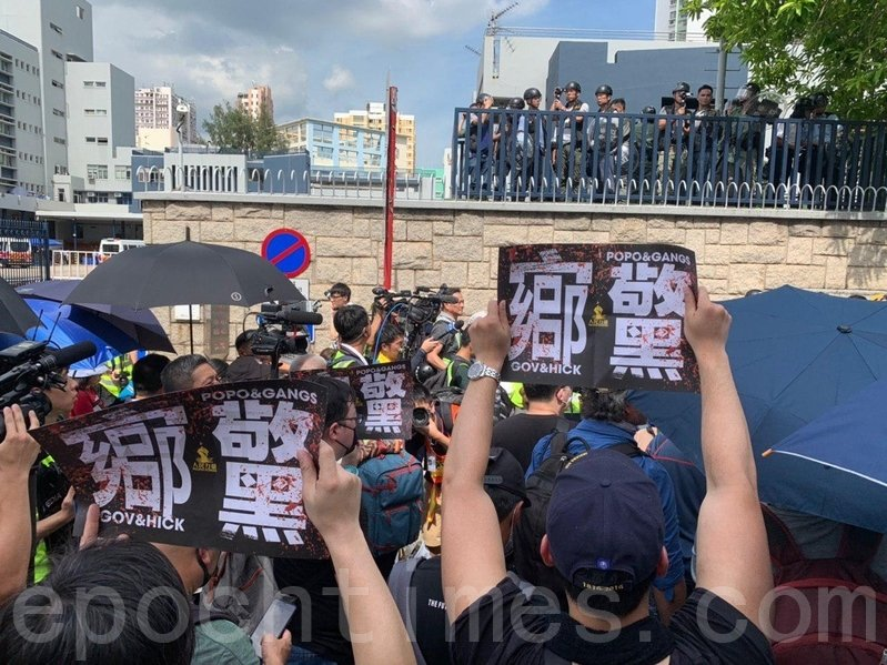有市民到元朗警署對面的的元朗體育路,抗議「官鄉警黑」勾結。(林怡/大紀元)