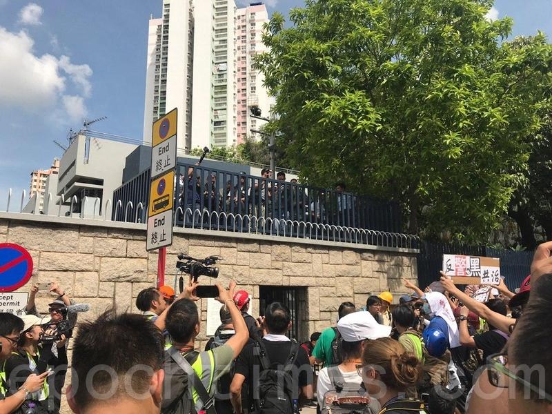有警員在警署內拍攝抗議的情況。(林怡/大紀元)