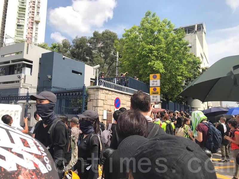 市民湧出馬路,佔領元朗警署外的元朗體育路,有人高舉各式抗議牌和高喊口號。(林怡/大紀元)