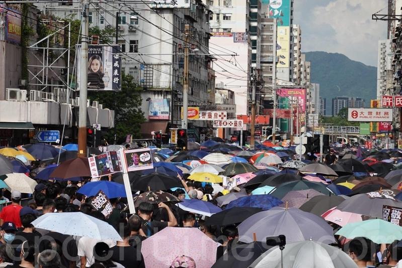 人潮佔據了青山公路元朗段(俗稱「大馬路」)、豐年路等,人群甚至走到輕鐵路軌上。(余鋼/大紀元)