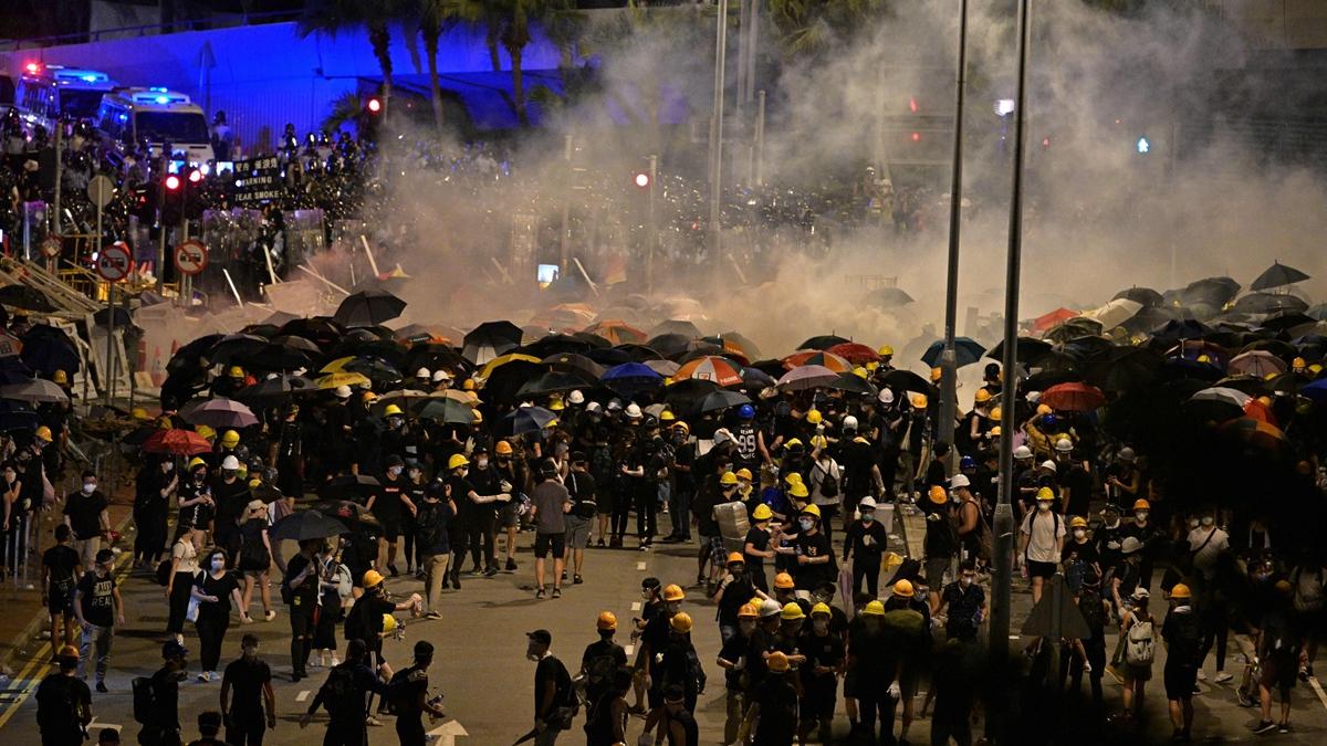 有知情者稱,26日已有近兩萬中共軍隊進駐香港。已處於十字路口的香港很可能因此失控。示意圖(ANTHONY WALLACE/AFP/Getty Images)