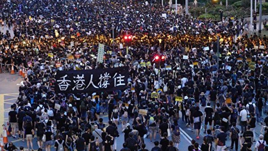 香港7月21日晚發生九七後最嚴重的「恐怖襲擊」,香港市民紛紛表示,全港同心!決不能向惡勢力低頭!(大紀元)