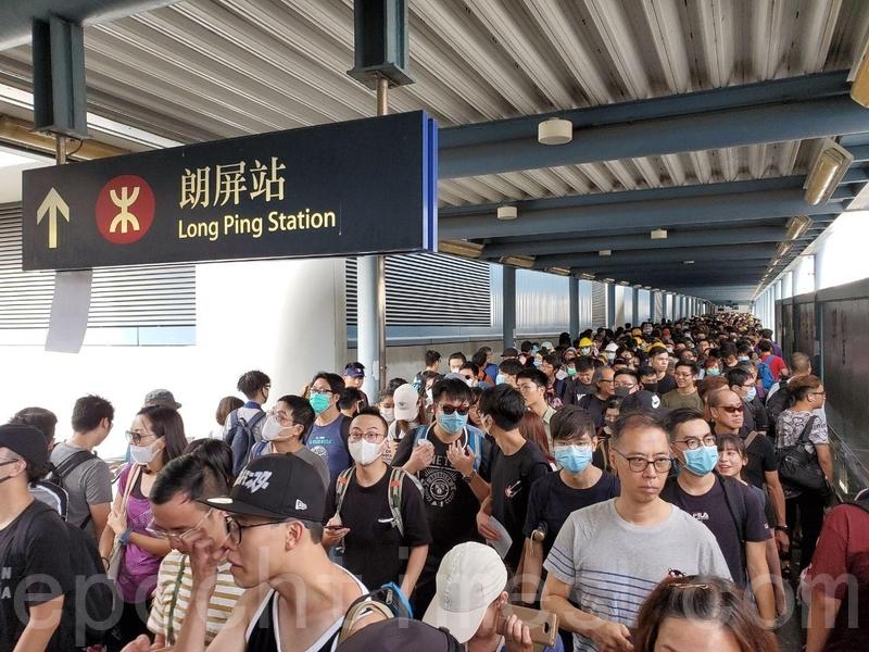 大批市民由朗屏站前往參加遊行。(李逸/大紀元)