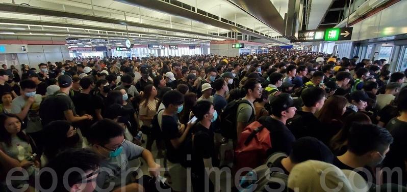 朗屏站內繼續有大批市民準備從B出口離開。(李逸/大紀元)