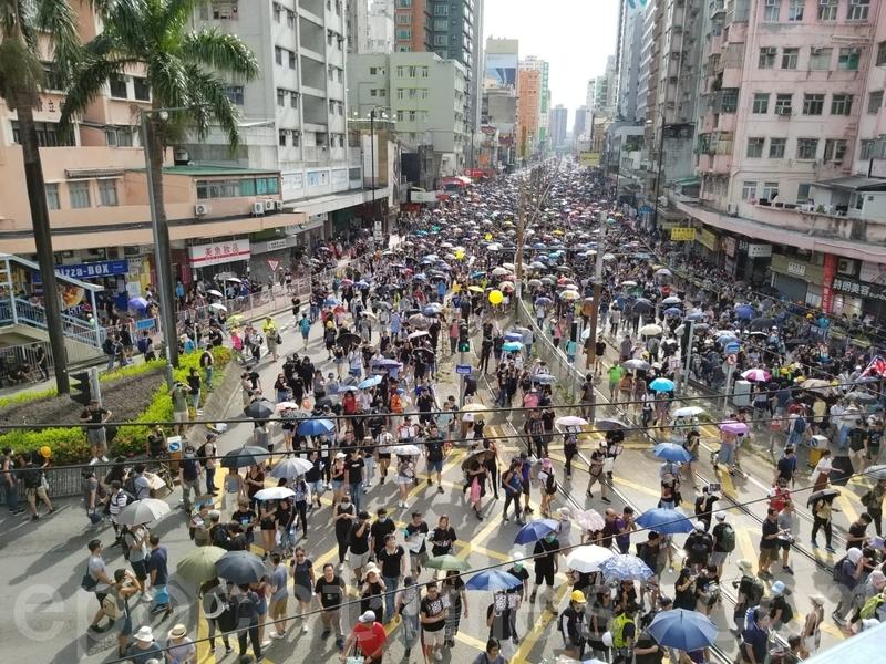 大批市民沿青山公路元朗段遊行到西鐵元朗站。(宋碧龍/大紀元)