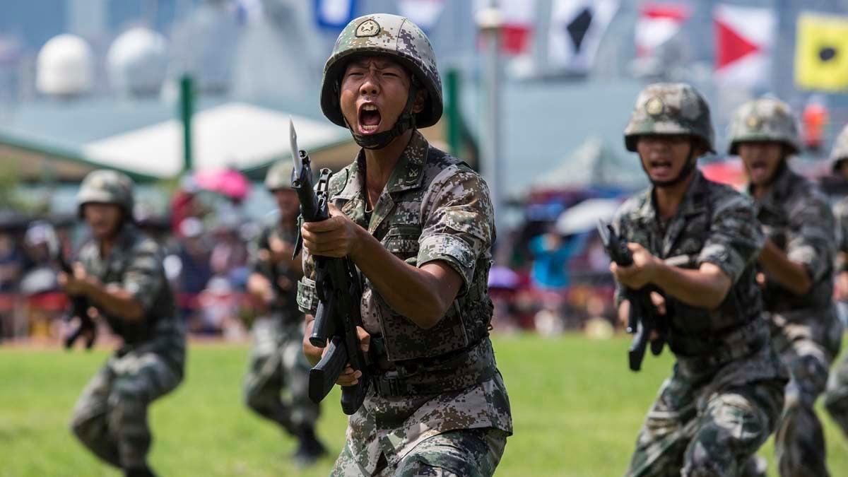 圖為6月30日,中共駐港部隊在軍營開放日進行軍訓表演。(ISAAC LAWRENCE/AFP/Getty Images)
