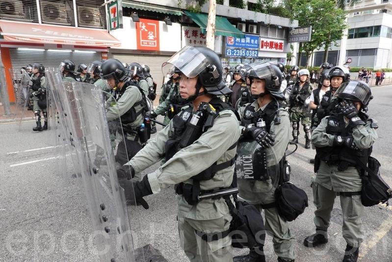 在鳳祥路有防暴警察佈防。(余鋼/大紀元)