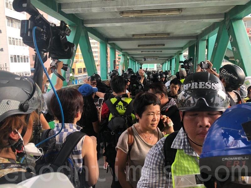 警方速龍小龍在元朗廣場天橋清場,驅趕市民和記者離開。(梁珍/大紀元)