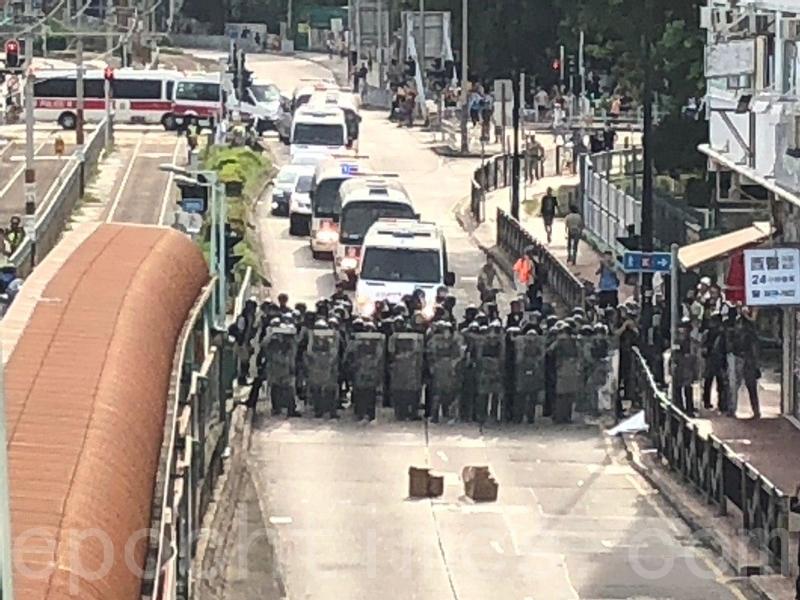 警方由防暴警察開路,沿豐年路向青山公路元朗段推進。(梁珍/大紀元)