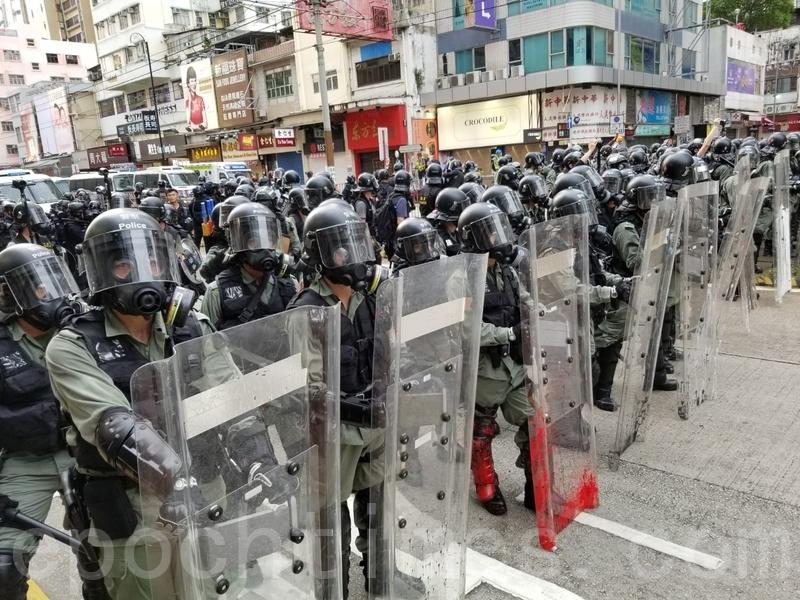 青山公路元朗段大量防暴警察往元朗站推進。(宋碧龍/大紀元)