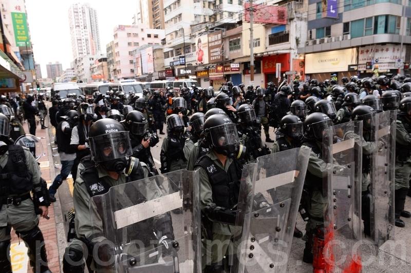 在青山公路元朗段,大量防暴警察向前推進。(宋碧龍/大紀元)