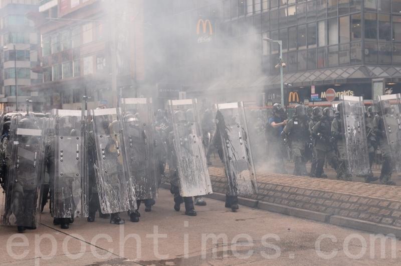 警方再次施放大量催淚彈,現場傳來尖叫和咳嗽聲。(宋碧龍/大紀元)