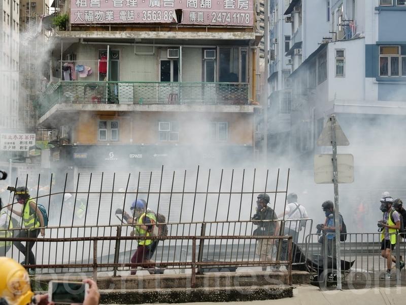 警方在鳳翔路和青山公路元朗段附近,發射多枚催淚彈。(龐大衛/大紀元)
