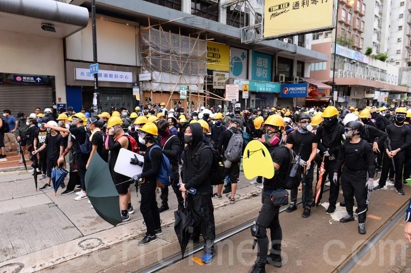 在大棠路輕鐵站附近有一批戴上頭盔的示威者留下與警方對峙。(宋碧龍/大紀元)