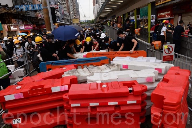 在大棠路輕鐵站附近,示威者以水馬等築起防線。(宋碧龍/大紀元)