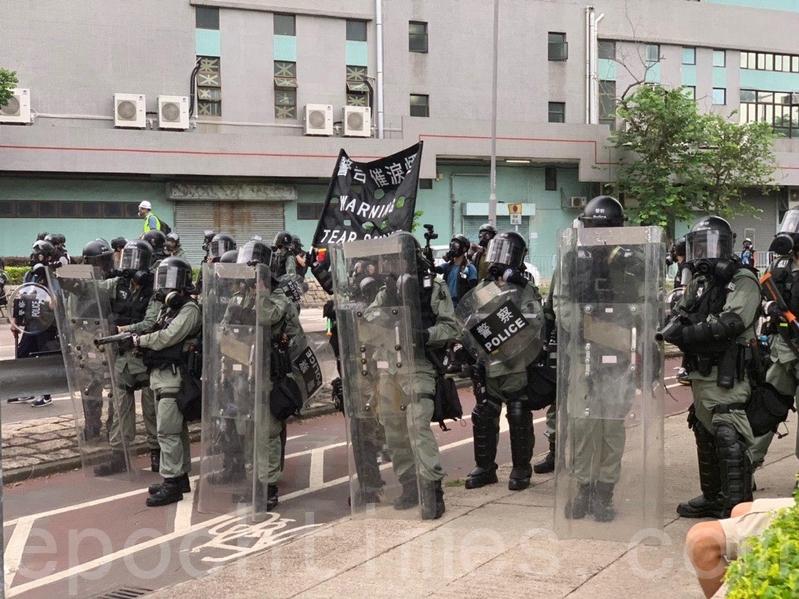 西鐵站朗屏B出口附近麗新元朗中心,是警方集中施放催淚彈的位置之一。(李逸/大紀元)