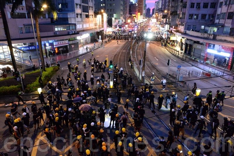 警方衝擊示威者在輕鐵大棠路站附近的防線。(宋碧龍/大紀元)