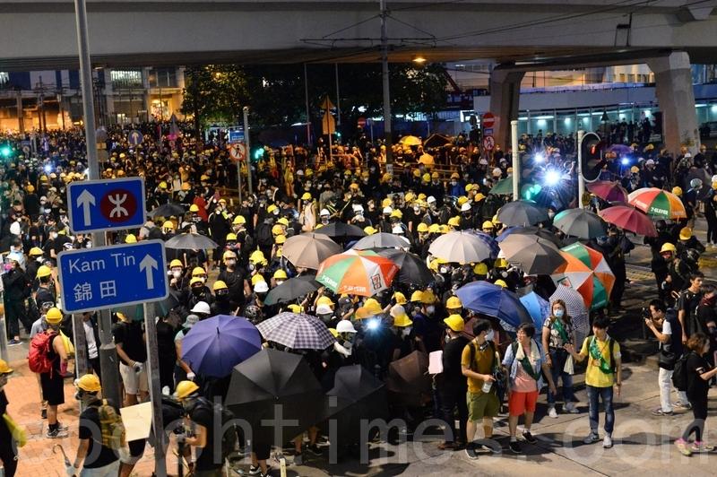 輕鐵大棠路站附近的示威者退回西鐵元朗站。(宋碧龍/大紀元)