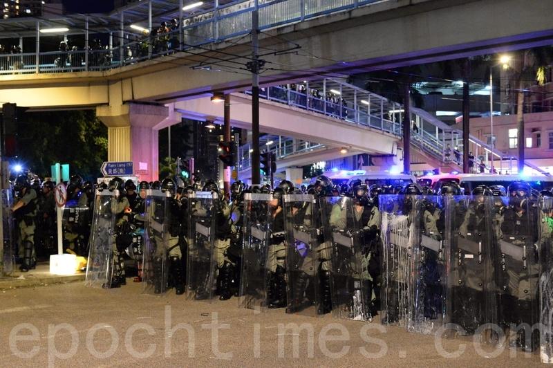 防暴警察不斷向前推進。(宋碧龍/大紀元)