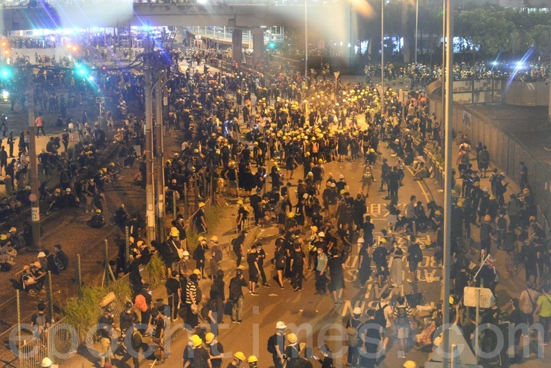 在西鐵元朗站附近仍未有約過百名示威者沒有撤離。(宋碧龍/大紀元)