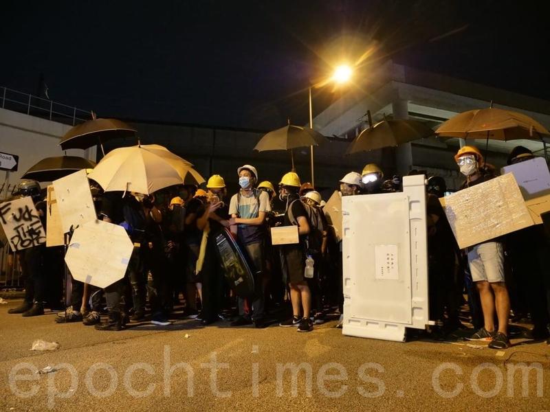 在元朗西鐵站附近,仍有示威者聚集。(龐大衛/大紀元)