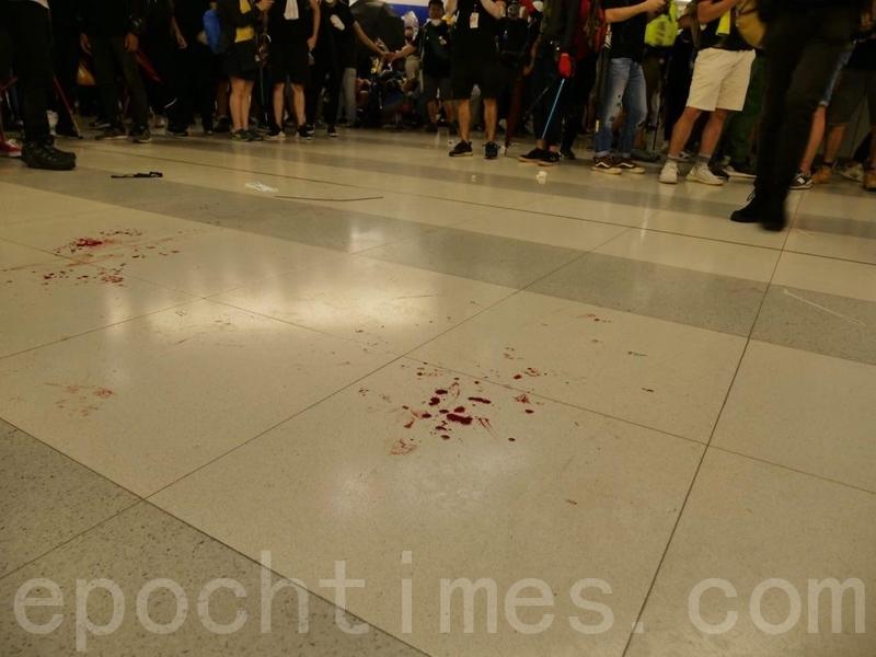 大批防暴警察速龍小隊衝入西鐵元朗站,用警棍和胡椒噴劑等驅散和制服多名示威市民,有人被打至血流一地。(龐大衛/大紀元)