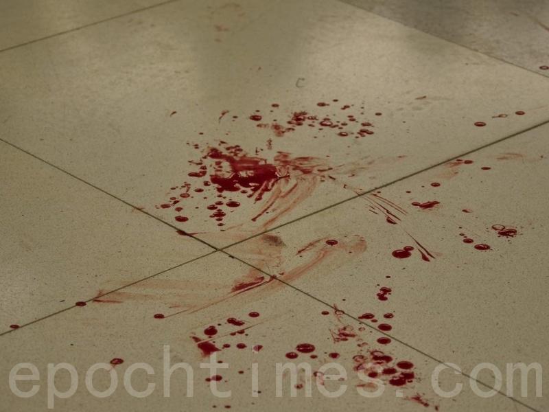 西鐵元朗站內地上留有血跡。(龐大衛/大紀元)