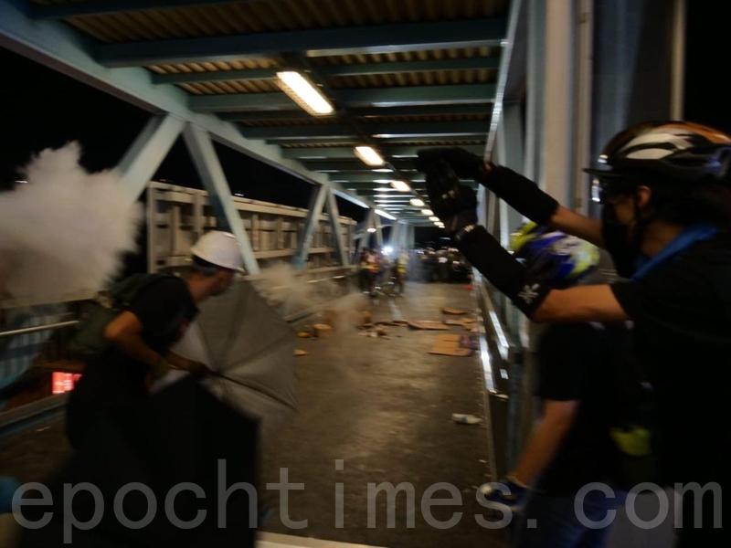 有示威者用滅火筒噴出煙霧,試圖阻止警方再進入西鐵站。(龐大衛/大紀元)