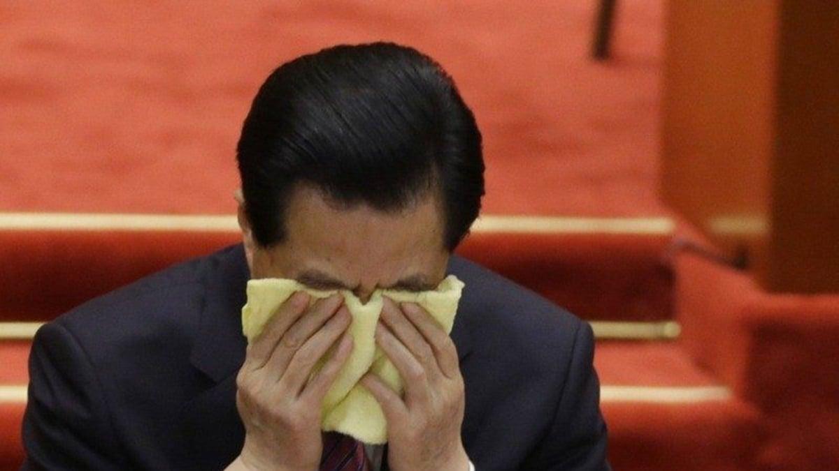 據港媒披露,胡錦濤在一次中共組織生活會上發言時,悲憤難抑,導致血壓速升中風,被送入療養院時,他緊握習的雙手眼淚直下,對習說出4個字。(gettyimages)