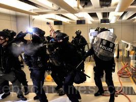 【7.27反送中組圖5】防暴警察衝入西鐵站追打市民 元朗警方多次施放催淚彈