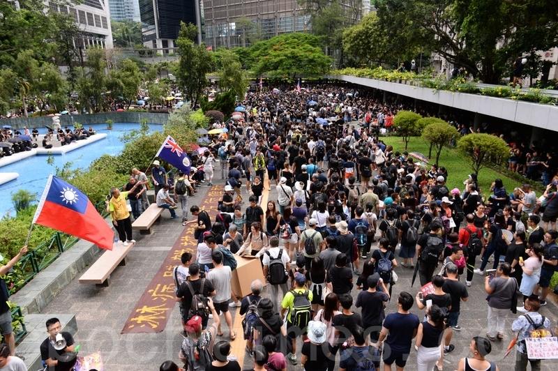 下午3時前後,開始有數以千計市民在中環遮打花園聚集。(宋碧龍/大紀元)