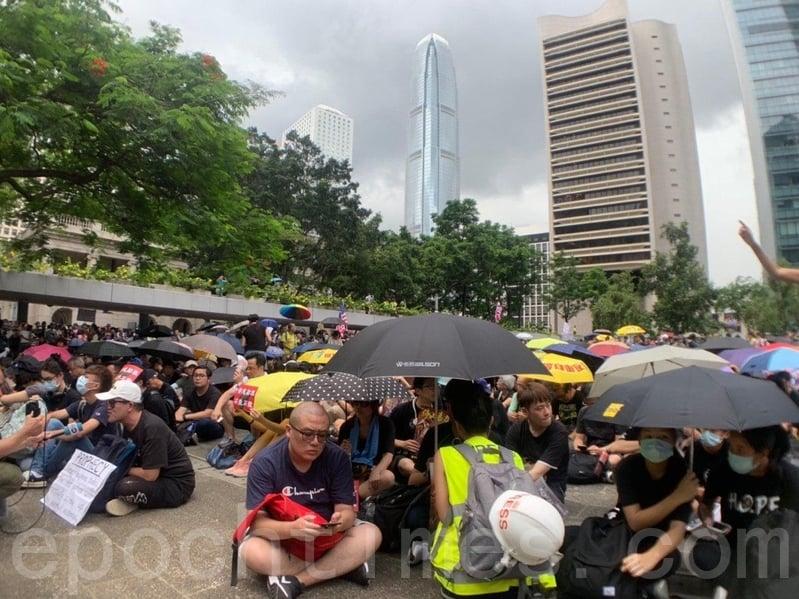 下午3時前後,開始有數以千計市民在中環遮打花園聚集。(李逸/大紀元)