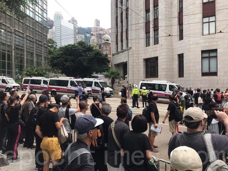 人潮已經湧出昃臣道馬路上,警方一度禁止,群眾向警方高叫「知法犯法」、「可恥」等。(林怡/大紀元)