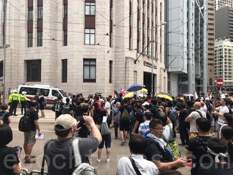 目前人潮已經湧出昃臣道馬路上,警方一度禁止,群眾向警方高叫「知法犯法」、「可恥」等。(林怡/大紀元)