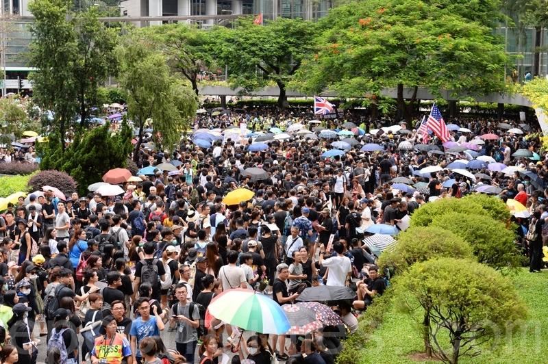遮打花園集會現場的黑衣市民越來越多。(林怡/大紀元)