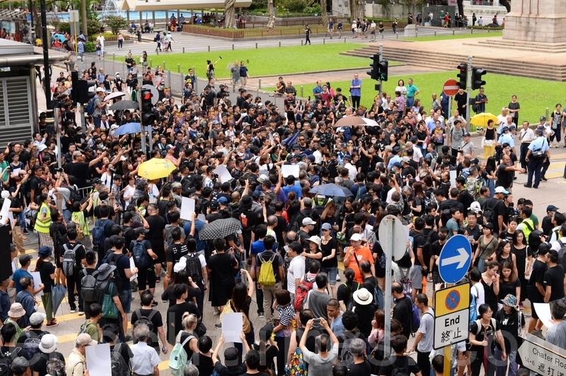 目前人潮已經湧出遮打道、昃臣道馬路上,一路到和平紀念碑都沾滿了人。(宋碧龍/大紀元)