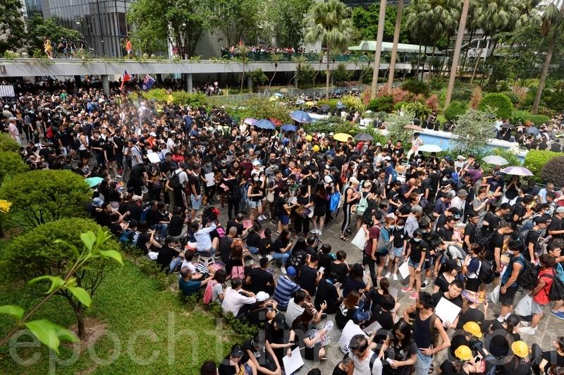 遮打花園集會現場的黑衣市民越來越多。(宋碧龍/大紀元)