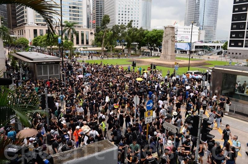 人潮已經湧出遮打道、昃臣道馬路上,一路到和平紀念碑都沾滿了人。(宋碧龍/大紀元)