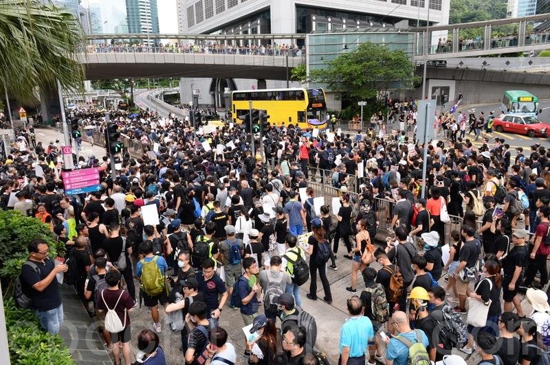遊行隊伍經過長江集團中心,往金鐘邊向前進。(宋碧龍/大紀元)