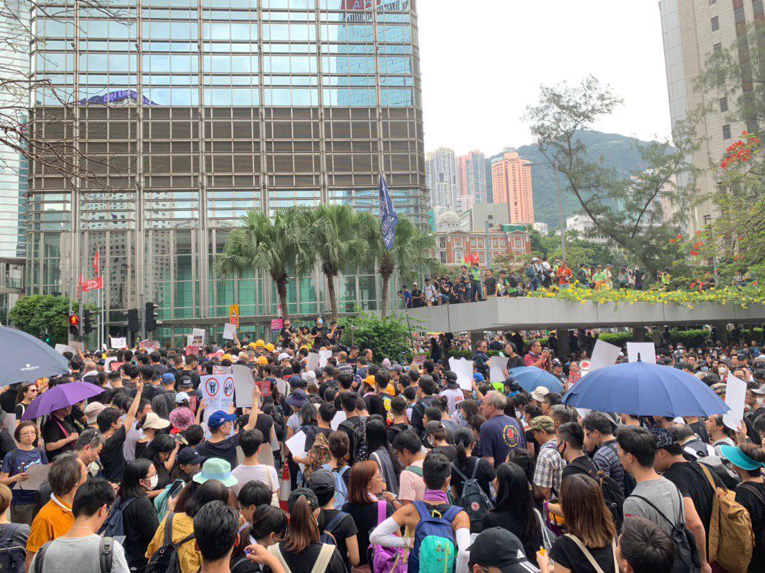 遮打花園有市民留下集會,亦有市民改為參加遊行。(駱亞/大紀元)