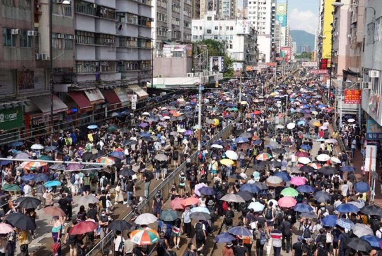 7月27日下午,香港市民發起「光復元朗」遊行,雖然警方未批准,大批民眾仍以各種形式在元朗街頭現身。(大紀元)