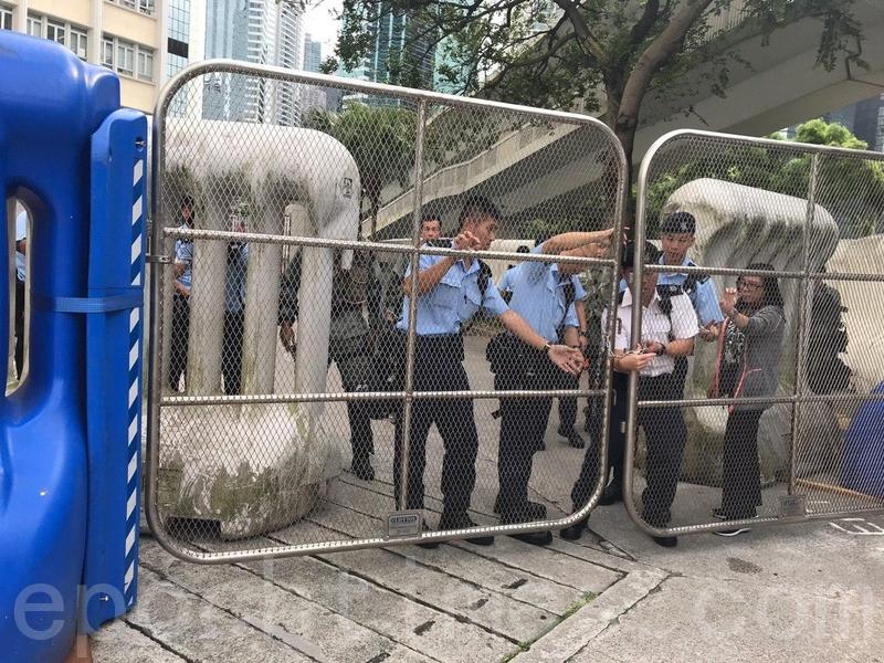 灣仔警察總部外已架起大量兩米高水馬,以及金屬活動閘門。(林怡/大紀元)