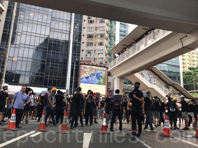有遊行人士在警總附近聚集,但沒有進一步行動。(林怡/大紀元)