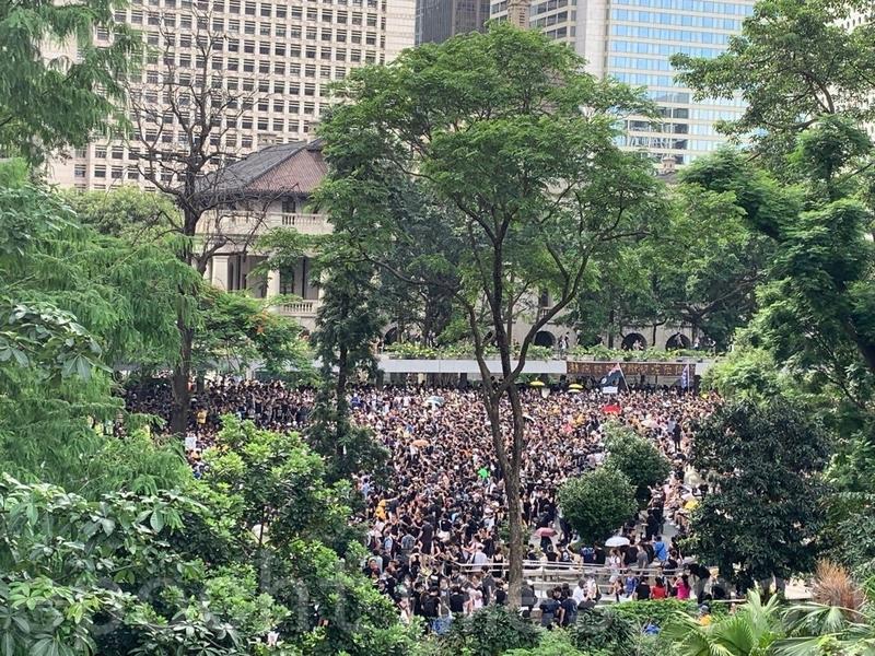 大約4時,雖然大批市民已經離開遮打花園參加遊行,但遮打花園很快被後來到達的市民擠滿。(駱亞/大紀元)