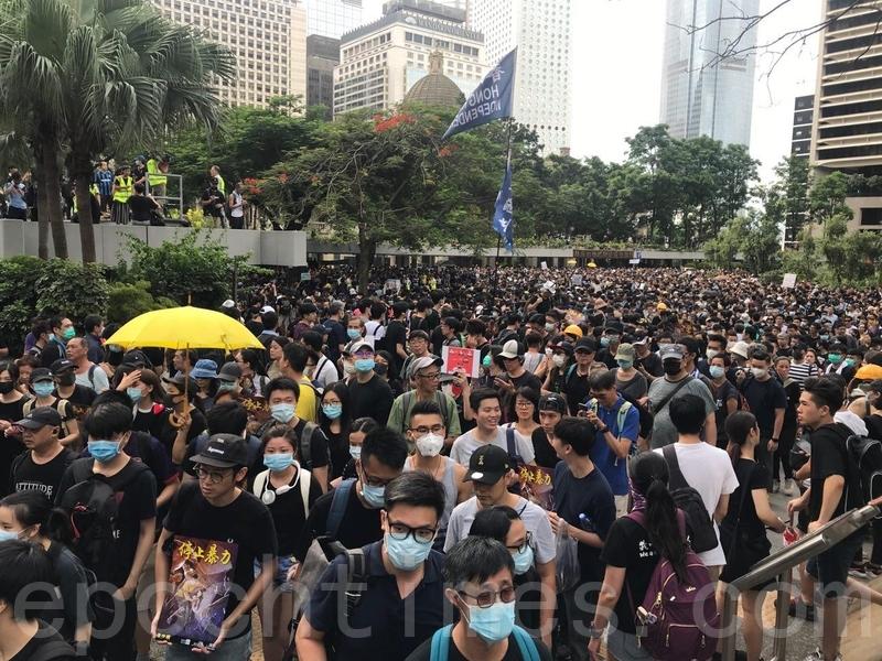 大約4時,雖然大批市民已經離開遮打花園參加遊行,但遮打花園很快被後來到達的市民擠滿。(余鋼/大紀元)